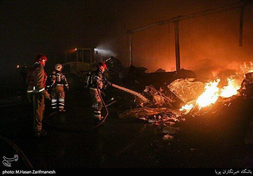 نجات ۴ کارگر گرفتار در آتش کارگاه کیف و کفش